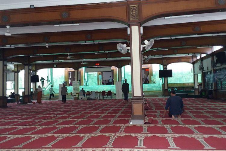 Suasana di bagian dalam tempat ibadah Masjid Sunda Kelapa, Jalan Taman Sunda Kelapa, Menteng, Jakarta Pusat, Jumat (23/6/2017).