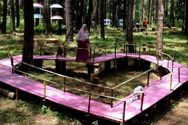 Spot untuk tempat berfoto dengan berbentuk love berada di Wisata Hutan Pinus Samparona di Kota Baubau, Sulawesi Tenggara, Minggu (11/2/2018). Tempat ini banyak dijadikan sebagai tempat berfoto selfie.