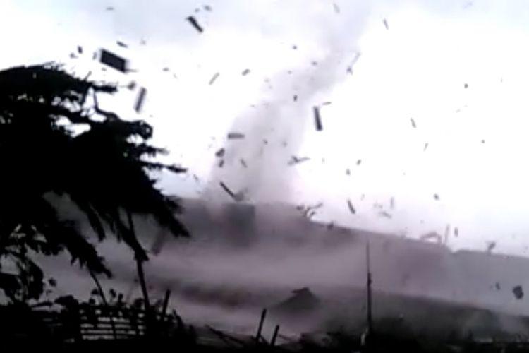Angin puting beliung yang melanda Kecamatan Rancaekek, Kabupaten Bandung, Jawa Barat, pada Jumat (11/1/2019) sore, merusak puluhan rumah di Perumahan Rancaekek Permai 2, Desa Jelegong.