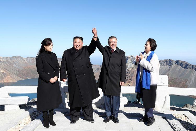 Pemimpin Korea Utara Kim Jong Un bersama istrinya Ri Sol Ju (sisi kiri), berpose dengan Presiden Korea Selatan Moon Jae-in dan Ibu Negara Kim Jung-sook di Gunung Paektu Kamis (20/9/2018) setelah pertemuan.