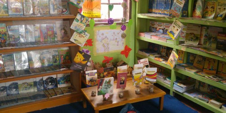 Koleksi buku di perpustakaan SDN 007 Kulim Jaya, Riau.