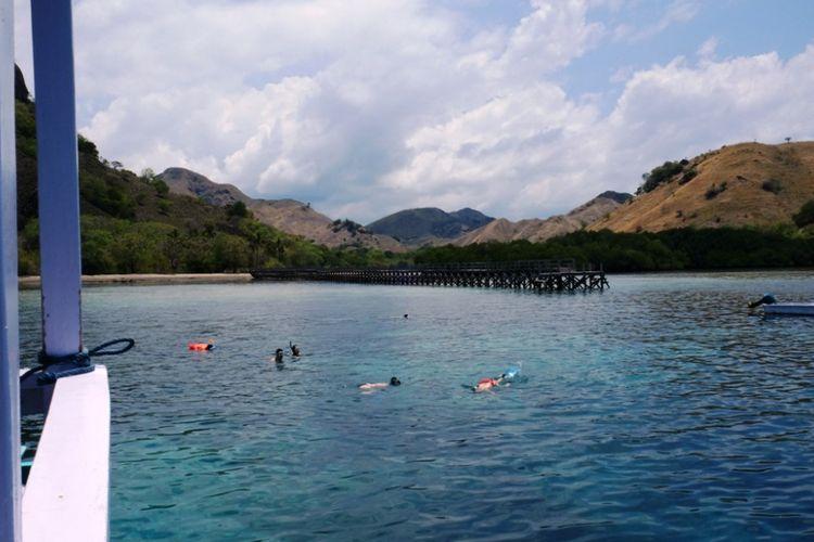 Wisatawan snorkeling di spot Pulau Manjerite, di kawasan TN Komodo, NTT, Selasa (13/11/2018).