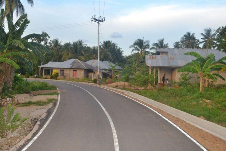 Kondisi jalan di salah s   atu pulau di Provinsi Maluku.