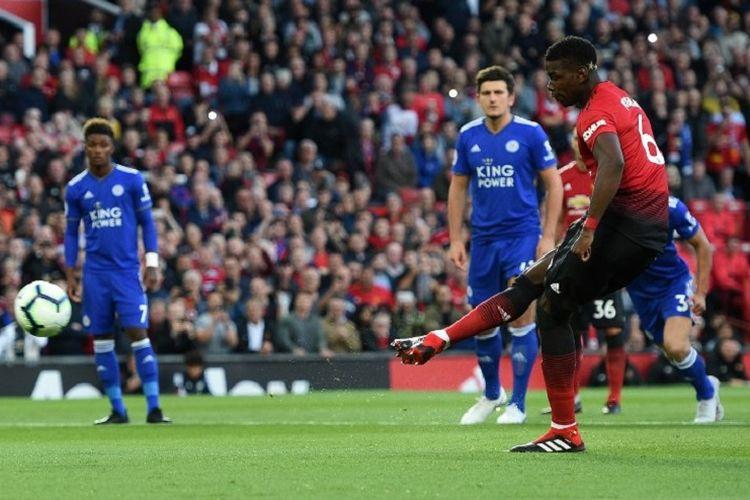 Paul Pogba mencetak gol via tendangan penalti pada pertandingan Manchester United vs Leicester City dalam pekan pertama Premier League, 10 Agustus 2018.