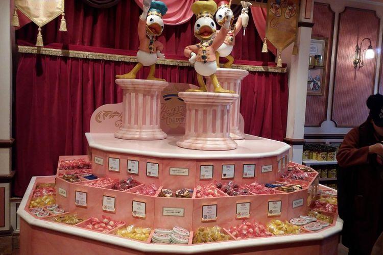 Biskuit dengan aneka rasa coklat, stroberi, vanila, dan lain-lain yang disajikan di salah satu toko dalam rangka perayaan ulang tahun ke-35 Tokyo Disneyland.