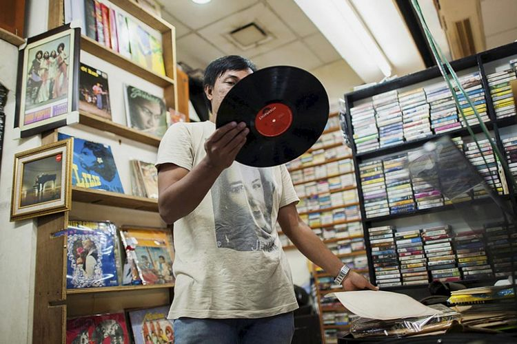Beragam piringan hitam (vinyl) dari artis lokal dan mancanegara dijual di Blok M Square, Jakarta Selatan, Rabu (15/3). Tempat ini menjadi salah satu pusat penjualan piringan hitam di Jakarta.  Kompas/Hendra A Setyawan (HAS) 15-03-2017  Untuk Urban
