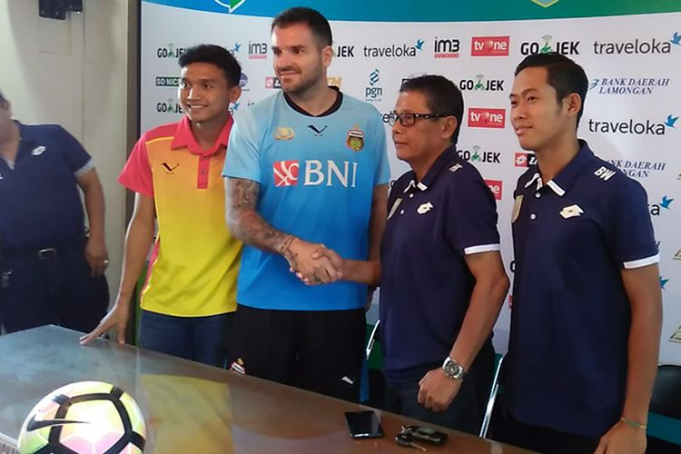 Pelatih Bhayangkara FC Simon McMenemy (tengah) dan Dendi Sulistyawan (dua dari kiri), saat sesi jumpa pers sebelum pertandingan kontra Persela Lamongan, Minggu (16/7/2017).