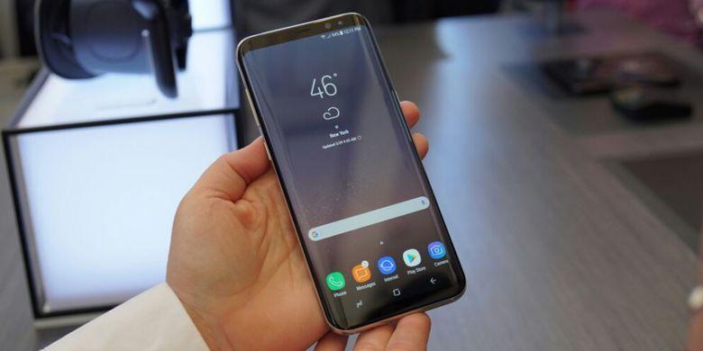Galaxy S8 dalam genggaman.