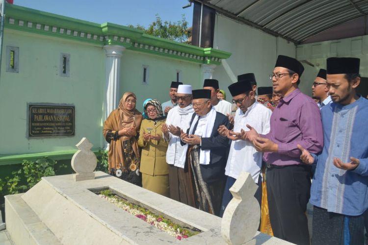 Maruf Amin bersama para pengasuh Pesantren Bahrul Ulum Tambakberas Jombang, memanjatkan doa saat menziarahi makam KH Wahab Chasbullah, pendiri NU sekaligus pahlawan nasional, di kawasan Pesantren Tambakberas Jombang, Senin (3/9/2018).
