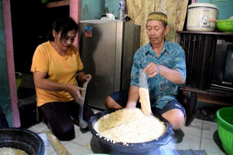 Produsen tahu tempe di Kota Baubau terpaksa memilih mengurangi produksi usaha dan mengurangi ukuran bentuk tahu tempe