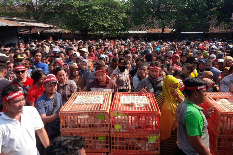 Warga mengantre pembagian ayam gratis di Pasar Jongke, Kecamatan Laweyan, Solo, Jawa Tengah, Rabu (26/9/2018).