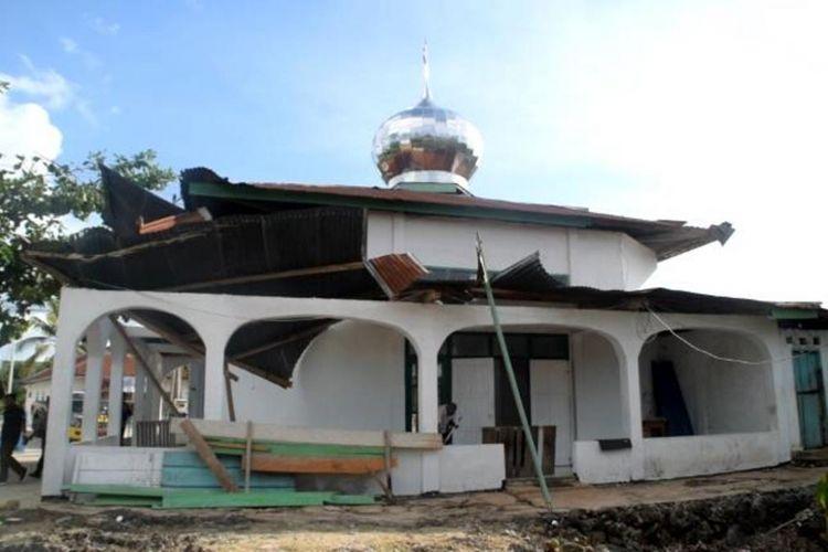 Angin puting beliung melanda Kelurahan Watulea, Kecamatan Gu, Kabupaten Buton Tengah, Sulawesi Tenggara. Akibat dari angin puting beliung tersebut , menyebabkan 17 rumah warga dan satu masjid mengalami kerusakan.