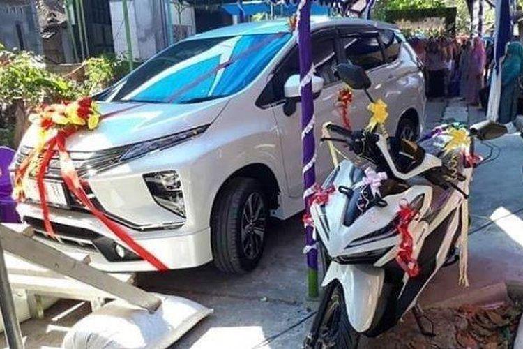 Seserahan mobil dan motor dari Agus Setiawan kepada Sri Irawati dalam pesta pernikahan di RT 5, RW 1 Dusun Tompe, Desa Karangrejo, Kecamatan Dempet, Kabupaten Demak, Kamis (13/6/2019).