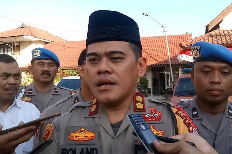 Kapolres Cirebon Kota AKBP Roland Ronaldy, memberikan keterangan terkait adanya penangkapan yang dilakukan Polda Jabar terhadap dua warga Kota Cirebon diduga terlibat kerusuhan 21-22 Mei di Jakarta, Rabu (26/6/2019).