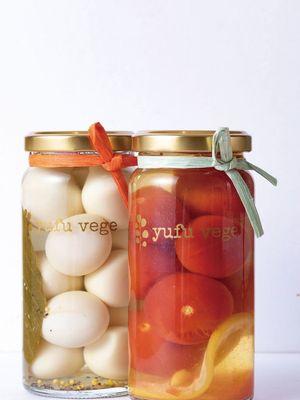 Acar yang muncul di bulan Juni. Tomat mini dan madu, telur puyuh dan rempah-rempah yang masing-masing dijual dengan harga 700 yen/ Michi-no-eki Yufuin