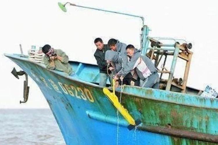 Nelayan China mengangkat sebuah perangkat bawah laut mencurigakan ke atas kapal mereka awal tahun ini.