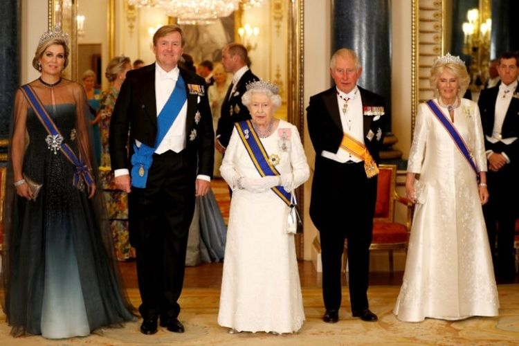Raja Belanda Willem-Alexander (dua dari kiri) dan Ratu Maxima (kiri) bersama Ratu Elizabeth II (tengah) Inggris, Pangeran Charles dan Camilla (kanan), di Istana Buckingham di London, Inggris, Selasa (23/10/2018). (AFP/POOL/Peter Nicholls)