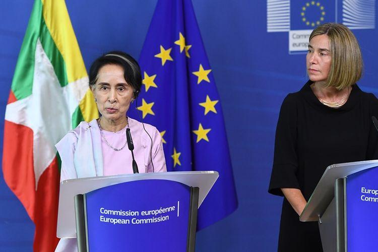 Pemimpin de facto Myanmar Aung San Suu Kyi dan kepala kebijakan luar negeri Uni Eropa, Federica Mogherini dalam jumpa pers di Brussels, Belgia, Senin (1/5/2017).