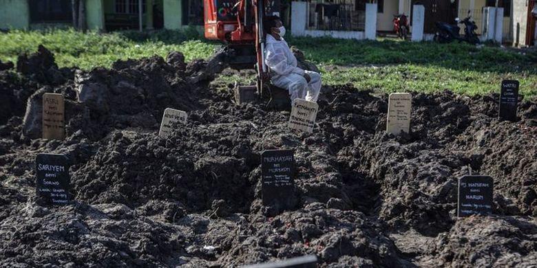 Covid-19 di Indonesia, Keluarga Pasien Menunggu Belasan Jam Menunggu Antrean Pemakaman (2)