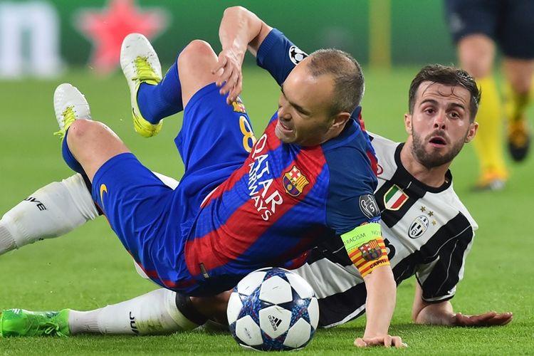 Gelandang Barcelona, Andres Iniesta, berduel dengan pemain Juventus, Miralem Pjanic, dalam pertandingan pertama perempat final Liga Champions, 11 April 2017.
