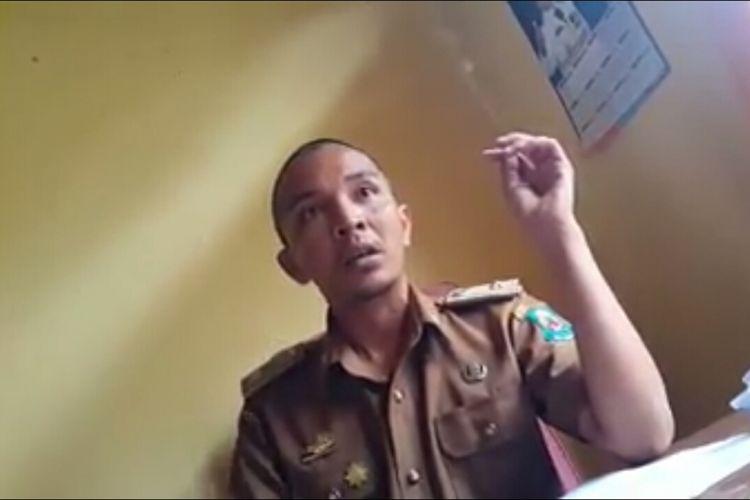 Lurah Empoang Selatan, Kecamatan Binamu, Kabupaten Jeneponto, Sulawesi Selatan saat memarahi warganya yang hendak mengurus perizinan. Senin, (2/7/2018).