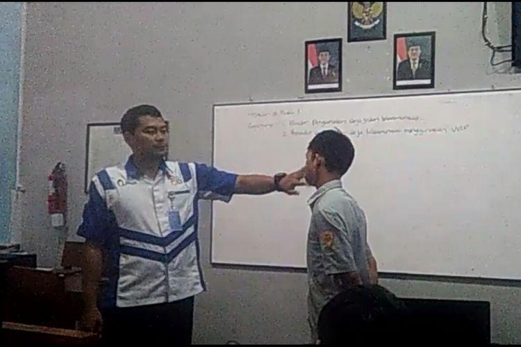 Cuplikan video guru tampar murid di SMK Kesatrian Purwokerto, Banyumas, Jawa Tengah yang viral di media sosial, Kamis (19/4/2018).
