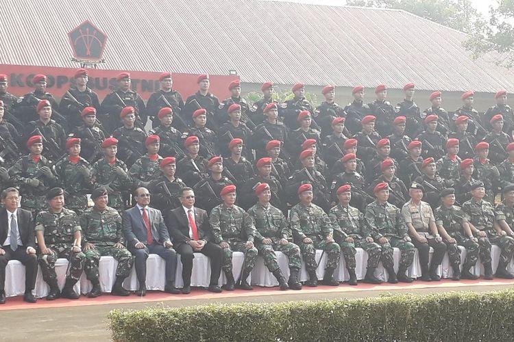 Panglima TNI Marsekal Hadi Tjahjanto berfoto bersama anggota Komando Operasi Khusus TNI di Mabes TNI, Selasa (30/7/2019).