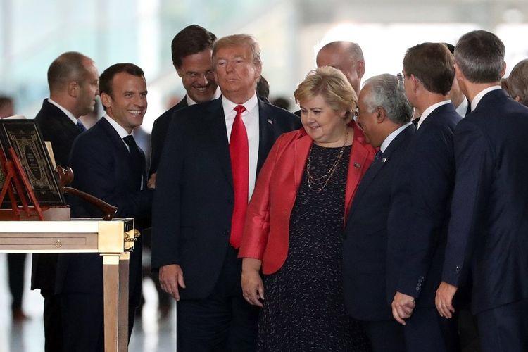 Suasana pertemuan para pemimpin anggota Pakta Pertahanan Atlantik Utara (NATO). Antara lain Presiden Perancis Emmanuel Macron (dua dari kiri), Perdana Menteri Belanda Mark Rutte (tiga dari kiri), Presiden Amerika Serikat Donald Trump (empat dari kiri), dan Perdana Menteri Norwegia Erna Solberg (empat dari kanan) di Brussels, Belgia (11/7/2018).
