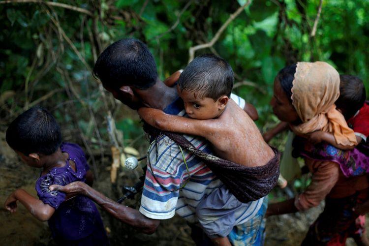 Pengungsi Rohingya menaiki bukit setelah menyebrangi perbatasan Bangladesh-Myanmar di Coxs Bazar, Bangladesh, Jumat (8/9/2017).