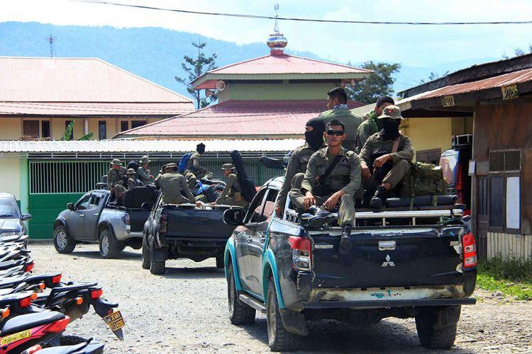 Anggota Brimob Polri menuju ke Nduga, Papua, di mana sebelumnya puluhan pekerja infrastruktur dilaporkan tewas dibantai oleh Kelompok Kriminal Bersenjata (KKB), Selasa (4/12/2018). Sebanyak 31 orang disebut tewas dibantai KKB di lokasi proyek jalan Trans Papua yang diduga terjadi pada Sabtu (1/12/2018) dan Minggu (2/12/2018).