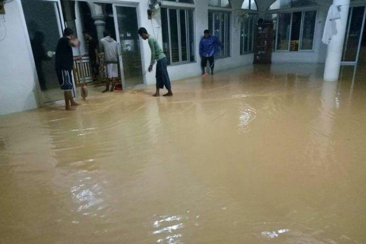 Salah satu rumah ibadah di Tambelan yang mengalami kebanjiran akibat meluapnya air laut