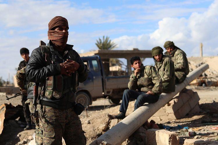Anggota Pasukan Demokratik Suriah (SDF) berjaga di garis depan desa Baghouz, di luar Deir Azzor, yang berbatasan dengan Irak.