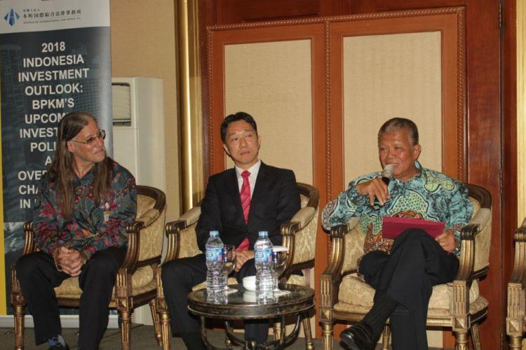 Para pembicara dalam acara Indonesia Investment Outlook 2018 yang diselenggarakan oleh Moores Rowland Indonesia dan Honmachi International Law Office di Crowne Plaza Hotel, Jakarta, Jumat (23/2/2018).