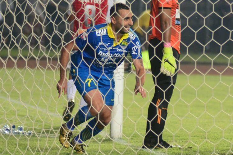Ekspresi striker Persib Bandung, Artur Gevorkyan, selepas membobol gawang Persipura Jayapura di Stadion Si Jalak Harupat, Kab. Bandung, Sabtu (18/5/2019).