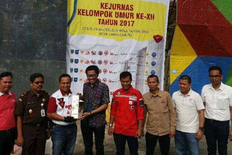 Ketua Umum PP FPTI Faisol Riza saat menyerahkan Piala Bergilir Kejurnas Panjat Tebing Kelompok Umur 2017 kepada Walikota Sawahlunto, Ali Yusuf