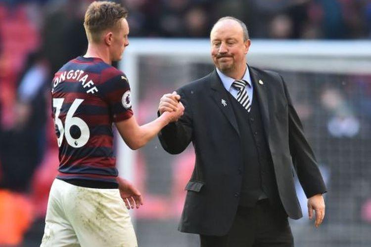 Sean Longstaff berjabat tangan dengan manajer Newacastle United, Rafael Benitez, pada salah satu pertandingan di Liga Inggris.