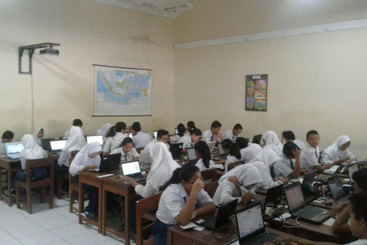 Siswa SMPN 10 Solo, Jawa Tengah, mengikuti UNBK, Selasa (24/4/2018).