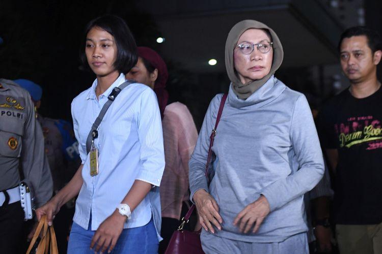 Aktivis Ratna Sarumpaet (tengah) tiba di Mapolda Metro Jaya untuk menjalani pemeriksaan di Jakarta, Kamis (4/10/2018). Pelaku penyebaran berita bohong atau hoax itu ditangkap oleh pihak kepolisian di Bandara Soekarno Hatta saat akan pergi keluar negeri.