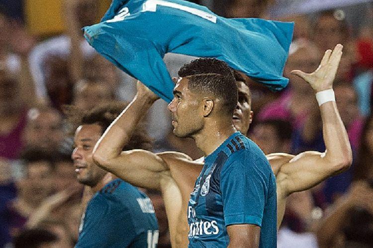 Cristiano Ronaldo merayakan gol Real Madrid ke gawang Barcelona dengan membuka bajunya, Minggu (13/8/2017).