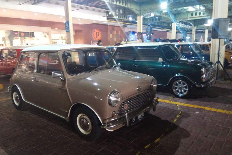 Morris Mini Cooper MK 1, diproduksi sekitar Tahun 1959 hingga 1966-an. Adapun ciri khas pada mobil mini generasi pertama ini, diantaranya adalah masih menggunakan kaca geser pada pintu kemudi dan penumpang di sebelahnya. Selain itu, pada umumnya, kapasitas mesin yang digunakan sekitar 850 Cc.