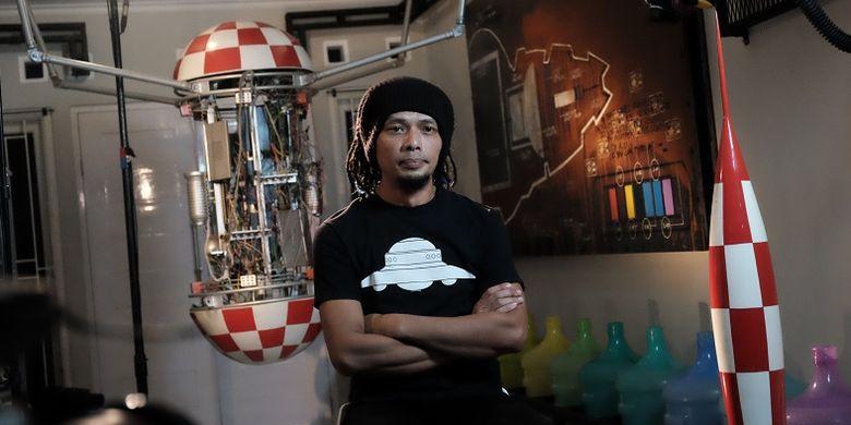 Venzha Christ, penggiat Space Art Indonesia, ketika sedang diwawancarai tim konten MLDSpot Content Hunt Seasion 2 di rumahnya.
