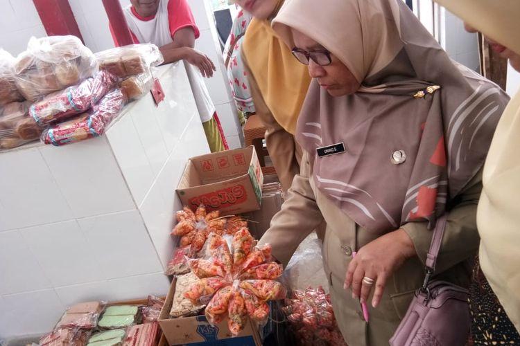 Tim Jejaring Keamanan Pangan Terpadu (JKPT) Kabupaten Purbalingga mengecek makanan di Pasar Tobong, Kabupaten Purbalingga, Jawa Tengah, Senin (22/4/2019)