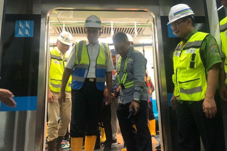 Gubernur DKI Jakarta Anies Baswedan turun dari kereta mass rapid transit (MRT) di Stasiun Bundaran Hotel Indonesia, Kamis (23/8/2018).