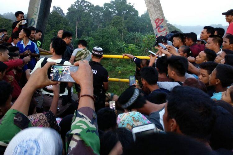 korban Aji sopir taksi online ditemukan tewas tergantung di jembatan Bruge, kabupaten Musi Banyuasin, Sumatera Selatan