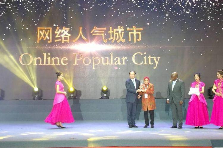 Wali Kota Surabaya, Tri Rismaharini menerima penghargaan Online Popular City di Guangzhou International Award 2018. Surabaya terpilih sebagai kota terpopuler di ajang itu.