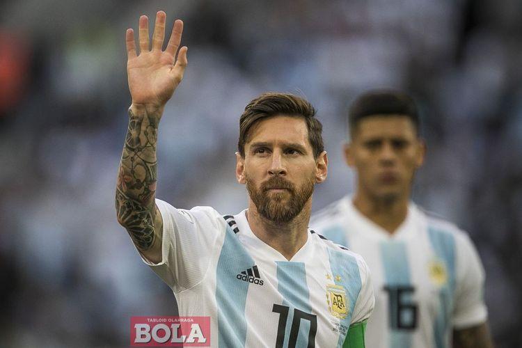 Kapten timnas Argentina, Lionel Messi, melambai kepada para suporter seusai laga fase grup Piala Dunia 2018 kontra Nigeria di Stadion Krestovsky, Saint Petersburg, 26 Juni 2018.
