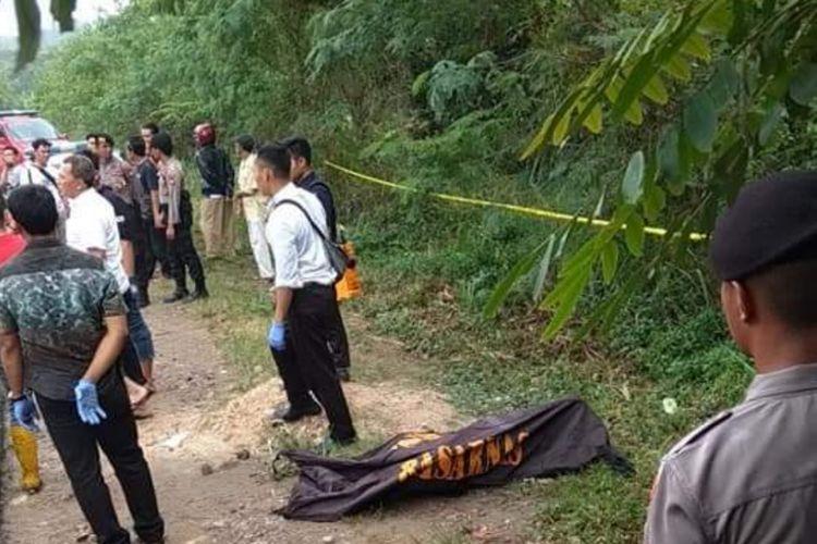 Jenazah pria tanpa identitas ditemukan warga sekitar di pinggiran jalan Perumahan Bukit Tiban Permai, Sekupang, Batam, Kepulauan Riau, Rabu (27/2/2019).