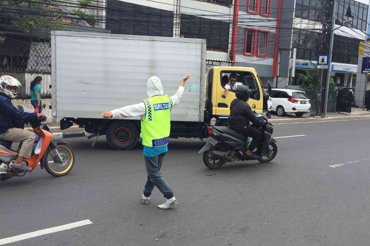 Para sukarelawan pengatur lalu lintas (supeltas) mulai bekerja di lima wilayah di Ibu Kota sejak Oktober 2017, Jumat (5/1/2018)