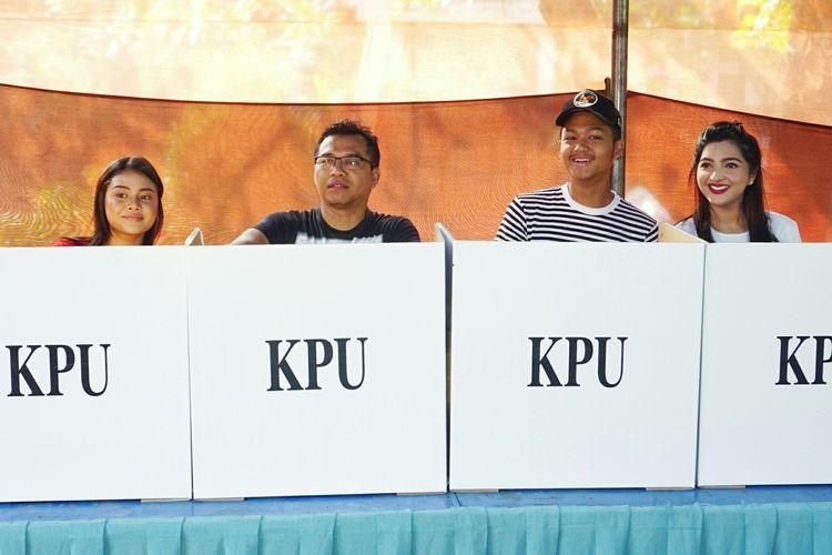 Musisi Anang Hermansyah bersama sang istri, Ashanty dan kedua anaknya, Aurel Hermansyah dan Azriel Hermansyah saat menggunakan hak suaranya di TPS 89 di kawasan Cinere Mas, Cinere, Depok, Jawa Barat, Rabu (17/4/2019).