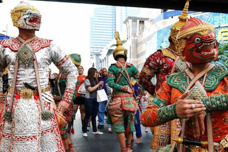 Peserta Festival Budaya Thailand yang berlangsung di Bangkok, Kamis (14/1/2015). Masyarakat umum dan wisatawan bisa menyaksikan parade dan pawai budaya dari berbagai macam adat di Thailand. Festival berlangsung sampai Minggu (18/1/2015).